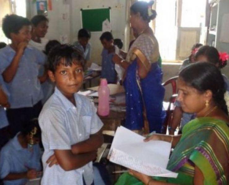 Scholenbezoek door Father Joby en Rao